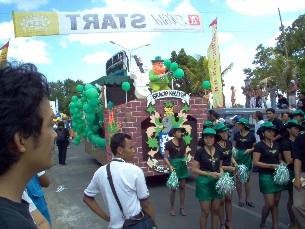 Rosenmontagszug Bali Bilder Sonstige Sehenswürdigkeit Straßenumzug in Kuta