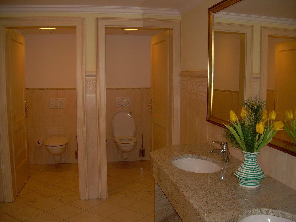 bild ffentliche wc anlage zu parkhotel stroissm ller in. Black Bedroom Furniture Sets. Home Design Ideas