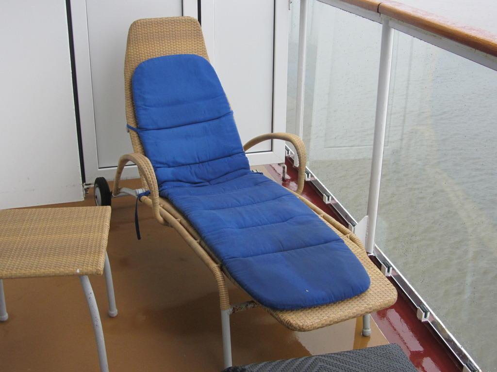 bild balkon mit liegestuhl zu norwegian jewel in. Black Bedroom Furniture Sets. Home Design Ideas