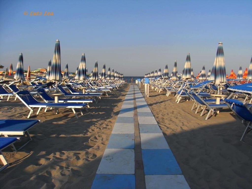 Bild strand beim bagno 39 flamingo beach 39 zu milano for Bagno holiday milano marittima