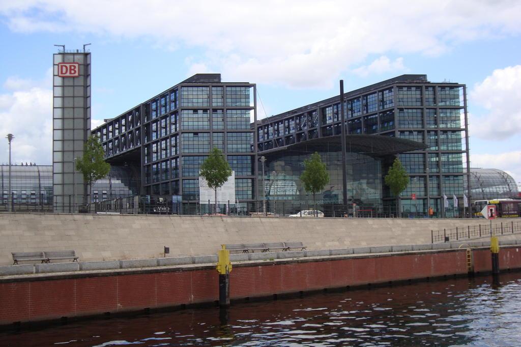 bild berliner hauptbahnhof zu bootstour spreefahrt berlin in berlin mitte. Black Bedroom Furniture Sets. Home Design Ideas
