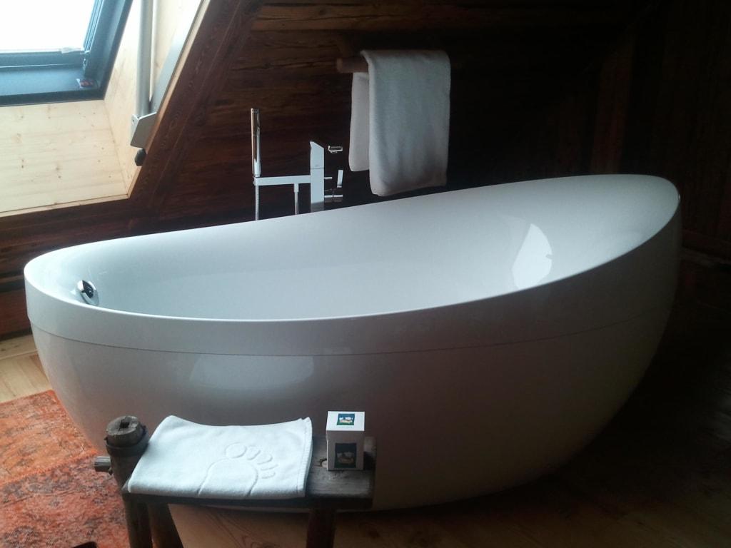 bild freistehende badewanne im zimmer zu jagdh tte beim. Black Bedroom Furniture Sets. Home Design Ideas