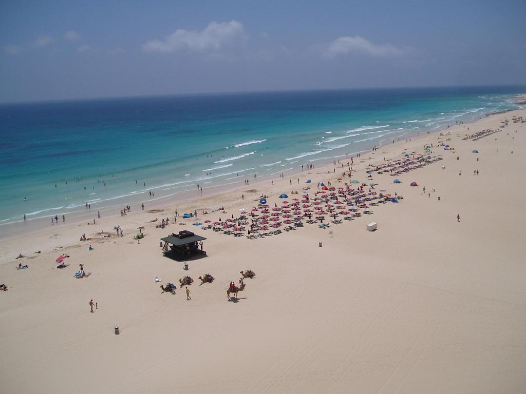 Bild strandabschnitt vom hotel aus gesehen zu hotel riu for Riu oliva beach village