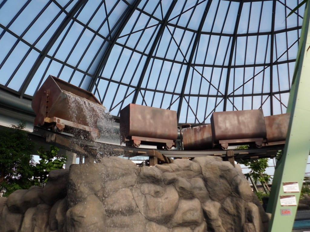 bild ausgefallene stahlkonstruktion mit wagen dusche zu aquapark oberhausen in oberhausen. Black Bedroom Furniture Sets. Home Design Ideas