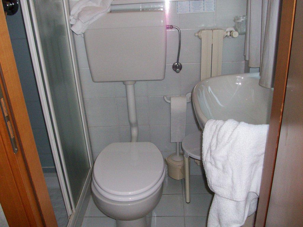 bild 2 quadratmeter badezimmer zu hotel du lac in gardone riviera. Black Bedroom Furniture Sets. Home Design Ideas
