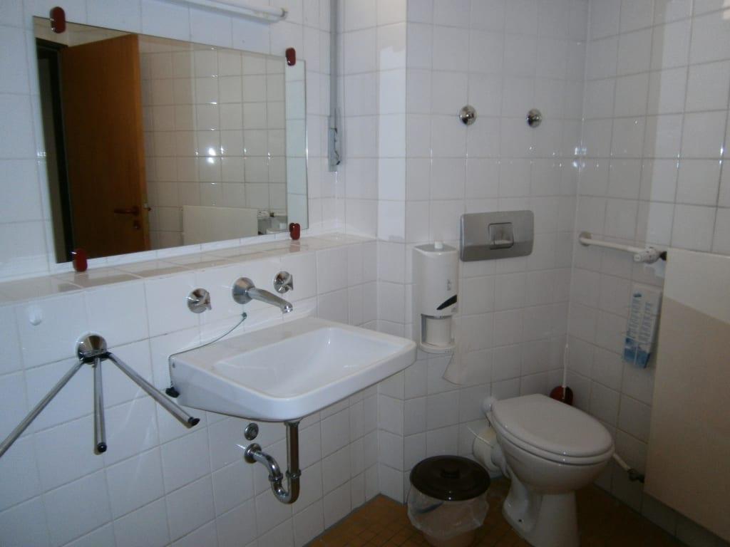 bild badezimmer zu jugendherberge berlin am wannsee in. Black Bedroom Furniture Sets. Home Design Ideas