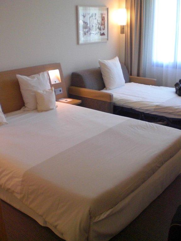 bild 3 bett zimmer zu hotel novotel hamburg city alster in hamburg. Black Bedroom Furniture Sets. Home Design Ideas