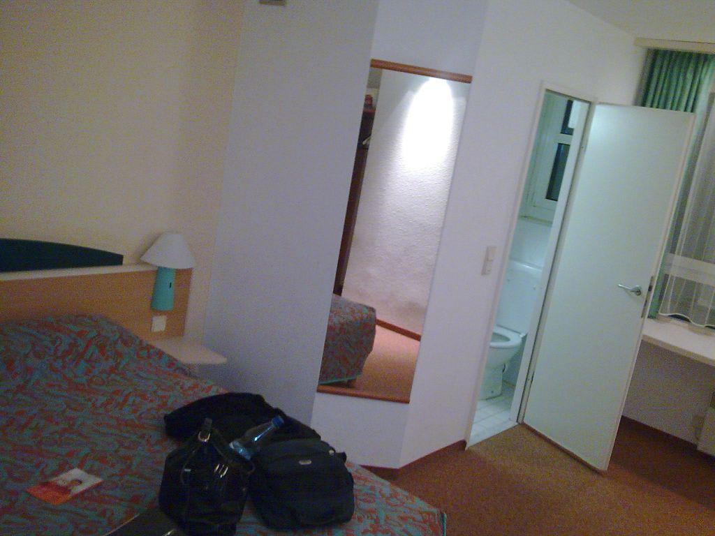 bild zimmer im 3 stock fenster zur fussg ngerzone zu hotel ibis n rnberg hauptbahnhof in. Black Bedroom Furniture Sets. Home Design Ideas