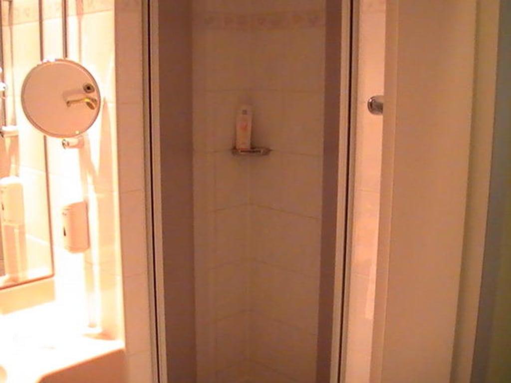 bild die dusche t ren ge ffnet zu best western hotel am schloss k penick in berlin. Black Bedroom Furniture Sets. Home Design Ideas