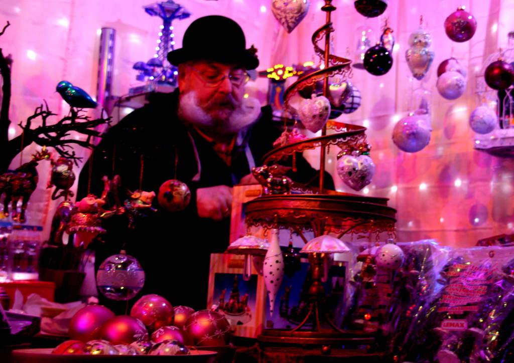Pinker Weihnachtsmarkt.Bild Ein Stolzer Barttrager Zu Weihnachtsmarkt Pink