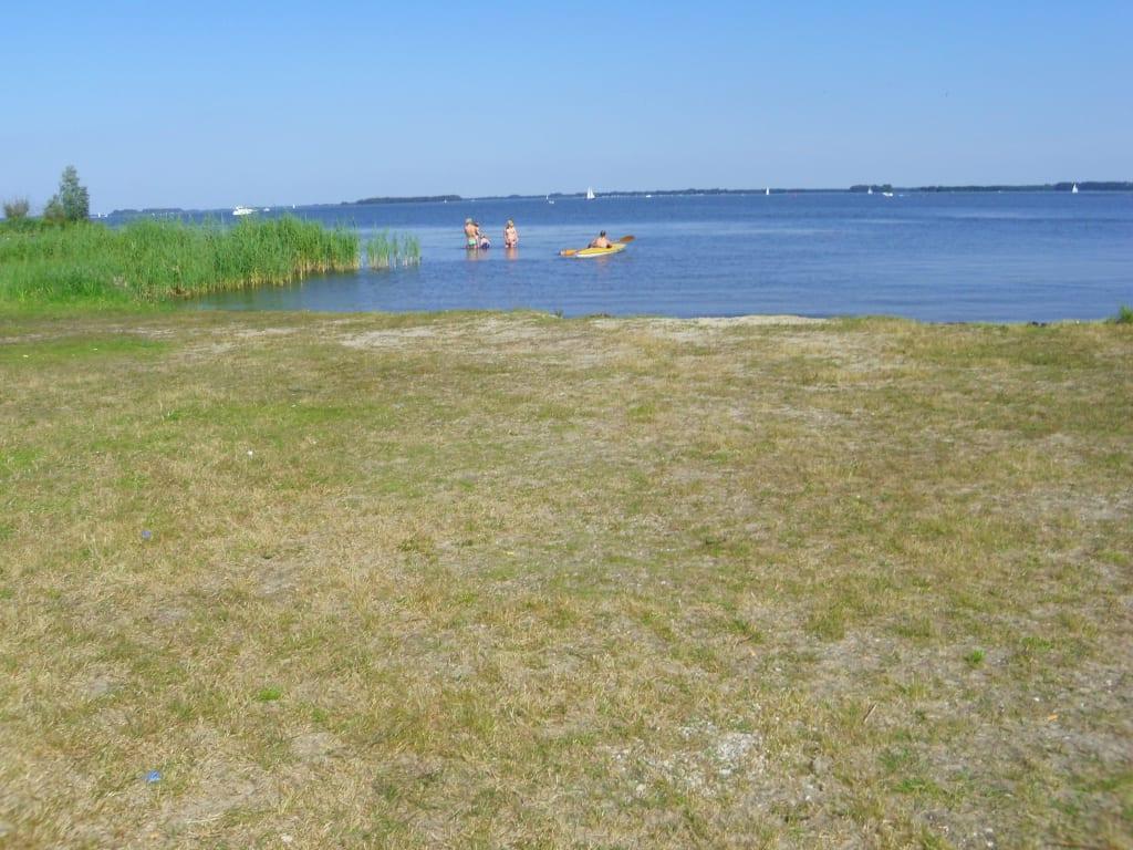 bild kleiner strand sand zu ferienpark landal waterparc veluwemeer in biddinghuizen. Black Bedroom Furniture Sets. Home Design Ideas