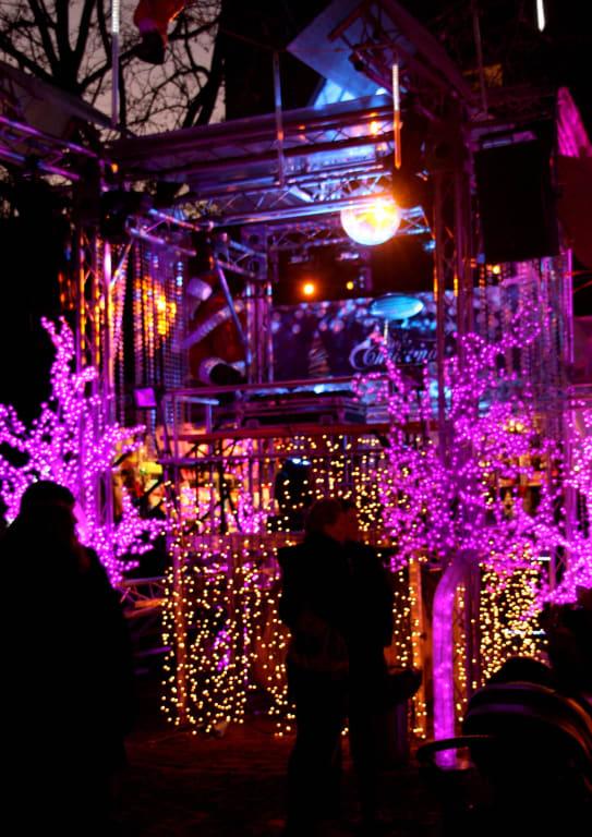 Pinker Weihnachtsmarkt.Bild Bunte Kleine Showbuhne Zu Weihnachtsmarkt Pink