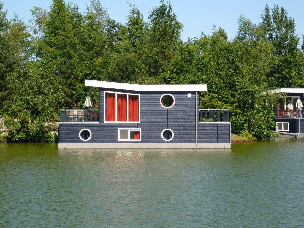 bild hausboot am see zu bispingen in bispingen. Black Bedroom Furniture Sets. Home Design Ideas