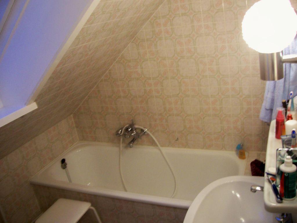 Badezimmer im dachgeschoss bilder zimmer villa charlott for Badezimmer im dachgeschoss