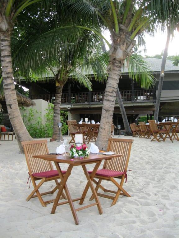 bild romantisches dinner am strand zu anantara rasananda resort koh phangan in thong nai pan beach. Black Bedroom Furniture Sets. Home Design Ideas