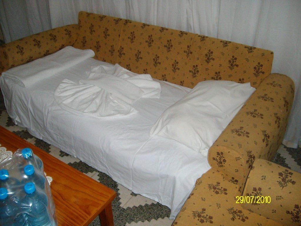 Bild das erste zimmer 70er jahre sofa als bett zu acar for Bett 70er jahre
