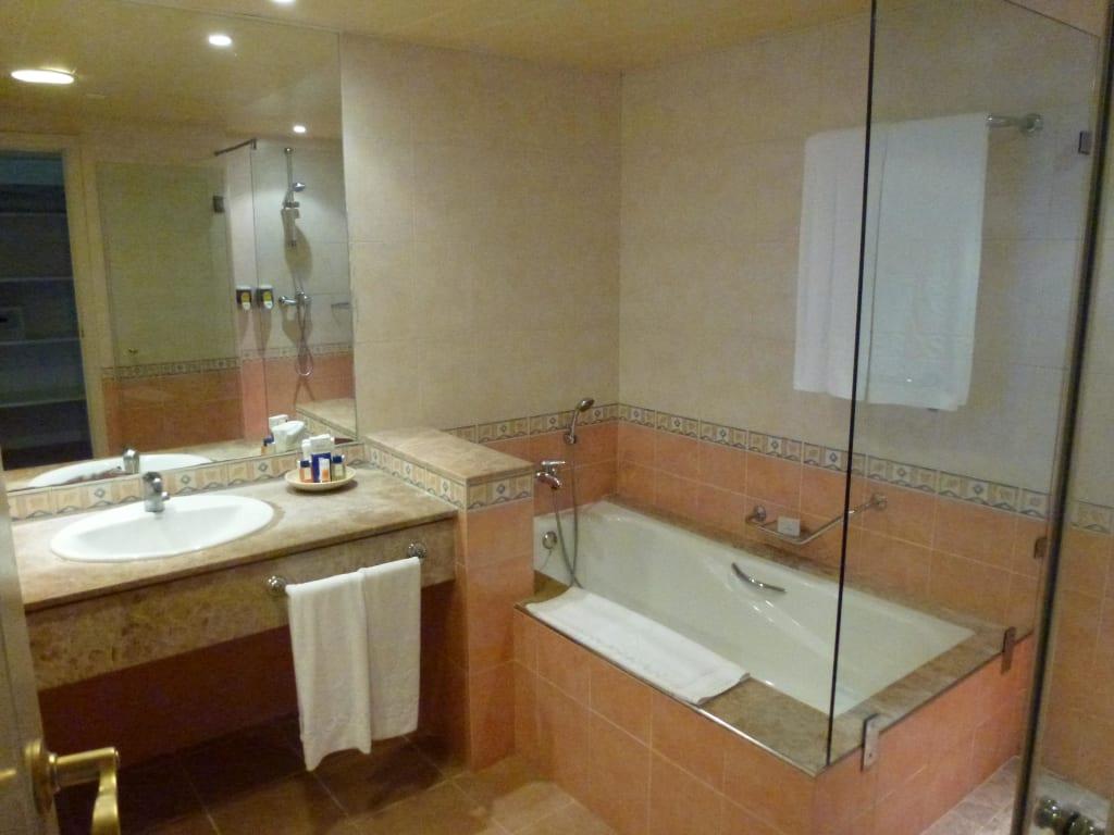 bild bad mit wanne und dusche zu iberostar hotel varadero in varadero. Black Bedroom Furniture Sets. Home Design Ideas