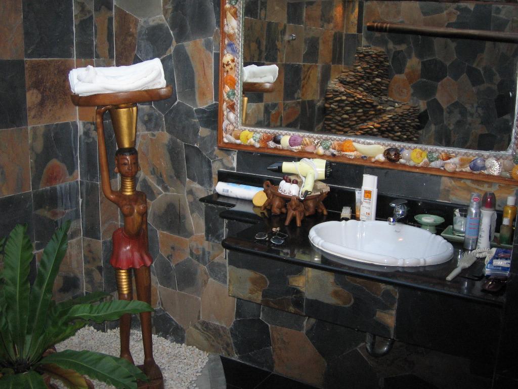 bild schwarzes bad mit wasserfall zu hotel panviman koh. Black Bedroom Furniture Sets. Home Design Ideas