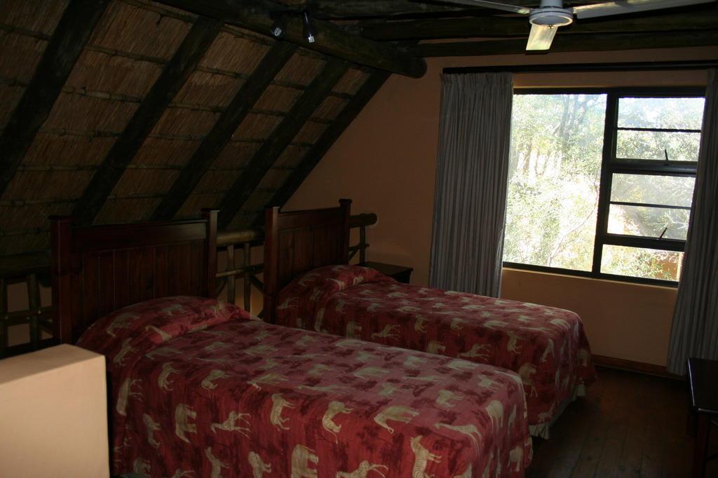 bild schlafzimmer nr 2 unter dem dach zu biyamiti bushcamp in marloth park. Black Bedroom Furniture Sets. Home Design Ideas