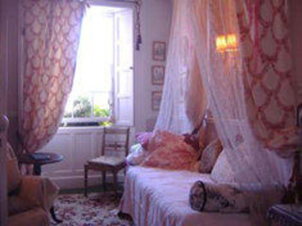 bild rosa zimmer im marie antoinette stil zu b b tin jug studio in birr. Black Bedroom Furniture Sets. Home Design Ideas