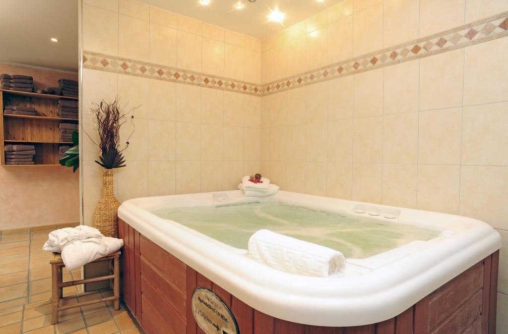 bild whirlpool innen zu hotel villa gropius in timmendorfer strand. Black Bedroom Furniture Sets. Home Design Ideas