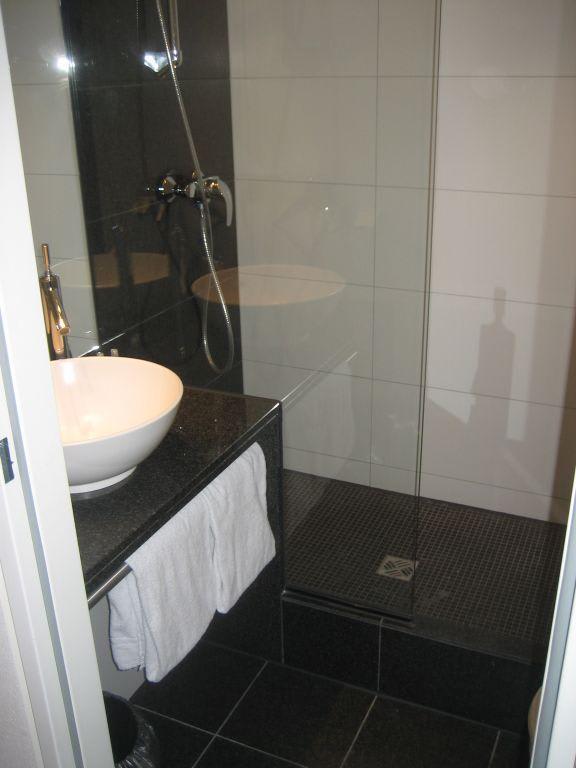 bild dusche zu motel one berlin ku 39 damm in berlin charlottenburg wilmersdorf. Black Bedroom Furniture Sets. Home Design Ideas