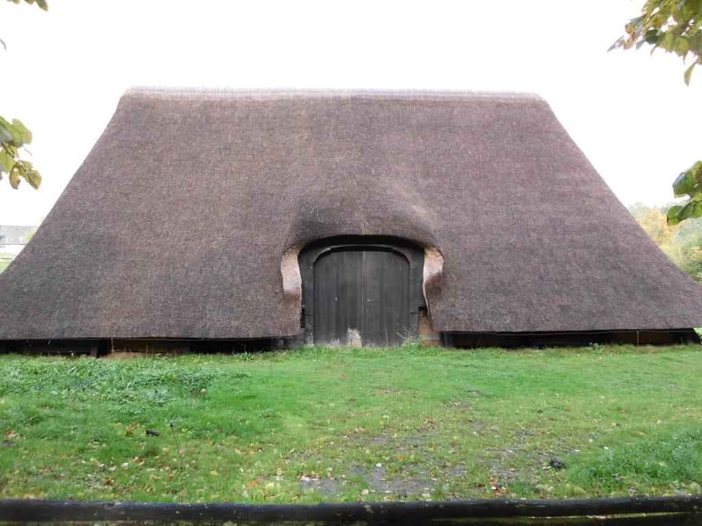 bild ein haus mit einem dach fast bis zum boden zu. Black Bedroom Furniture Sets. Home Design Ideas