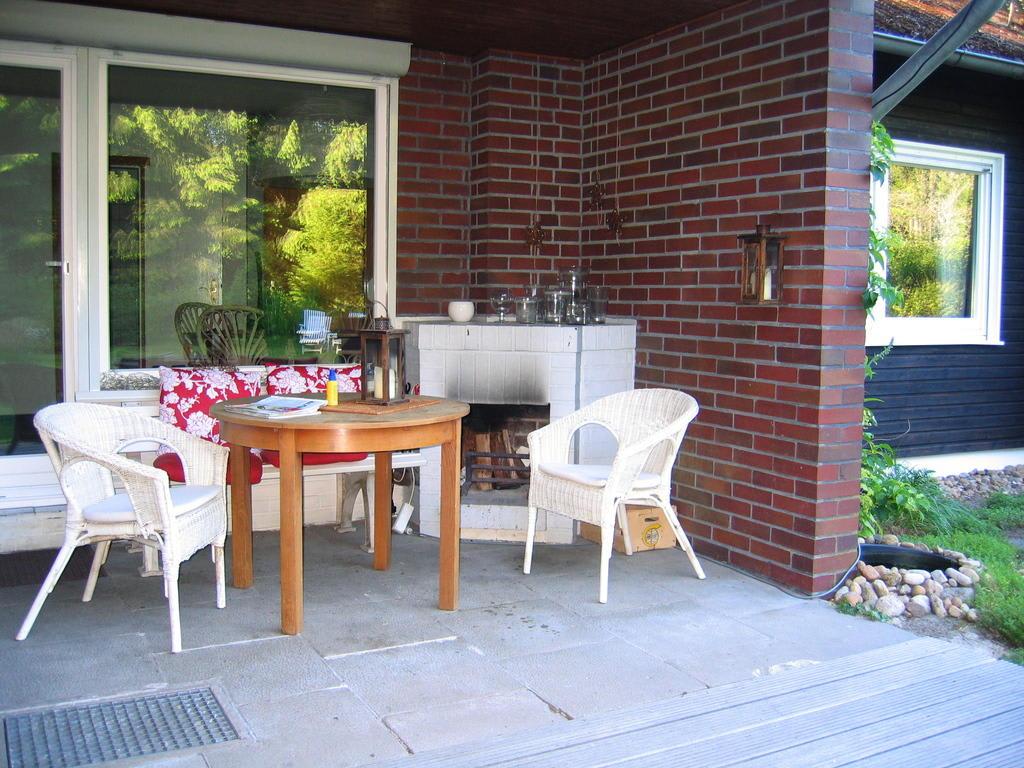 bild terrasse mit aussenkamin zu ferienhaus gut sunder in mei endorf. Black Bedroom Furniture Sets. Home Design Ideas