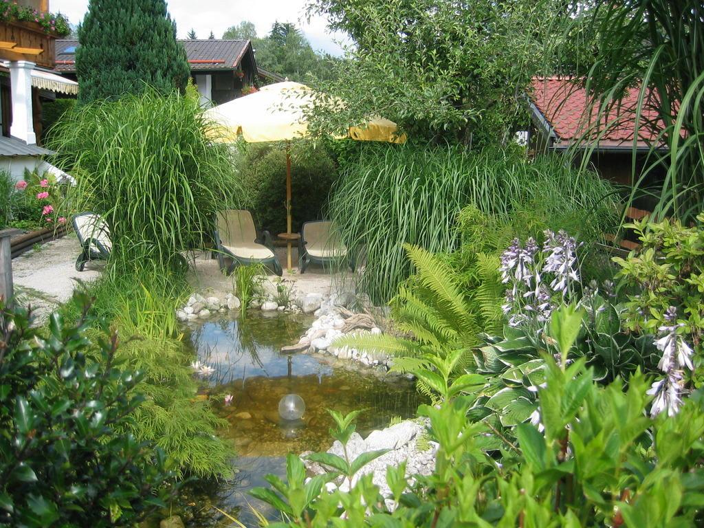 Bild ruheoase mit teich bach zu haus sonnenschein in for Gartenanlage mit teich