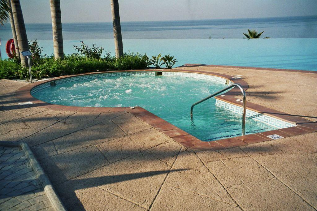 bild whirlpool aussen zu playacalida spa hotel in almunecar. Black Bedroom Furniture Sets. Home Design Ideas