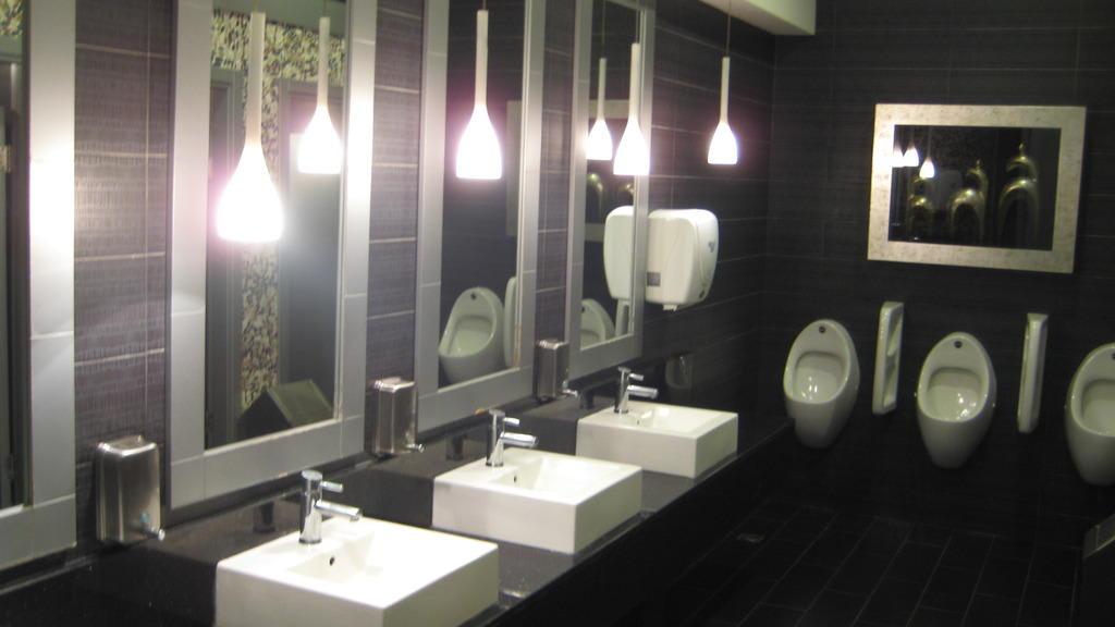 bild ffentliche wc anlage im hotel zu voyage sorgun in. Black Bedroom Furniture Sets. Home Design Ideas