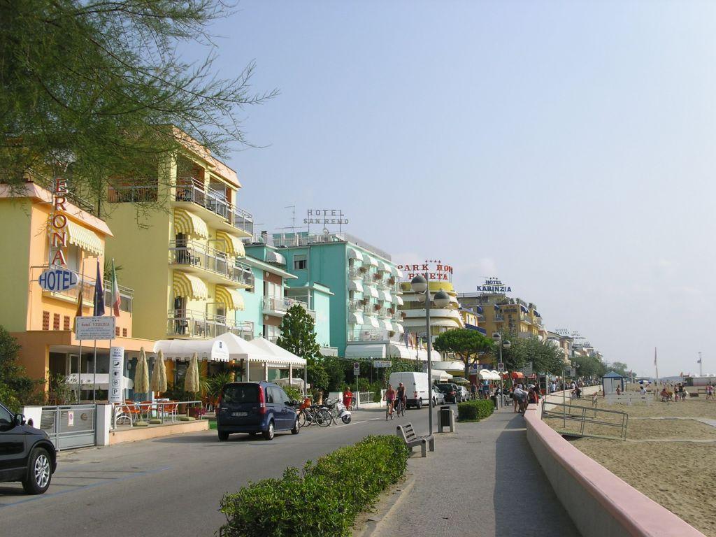 Bild strandpromenade zu strand caorle in caorle for Designhotel am strand