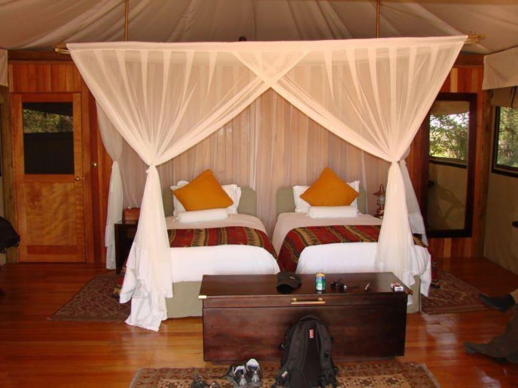 bild bett mit moskitonetz im zelt zu hotel kanana camp in okavango delta. Black Bedroom Furniture Sets. Home Design Ideas