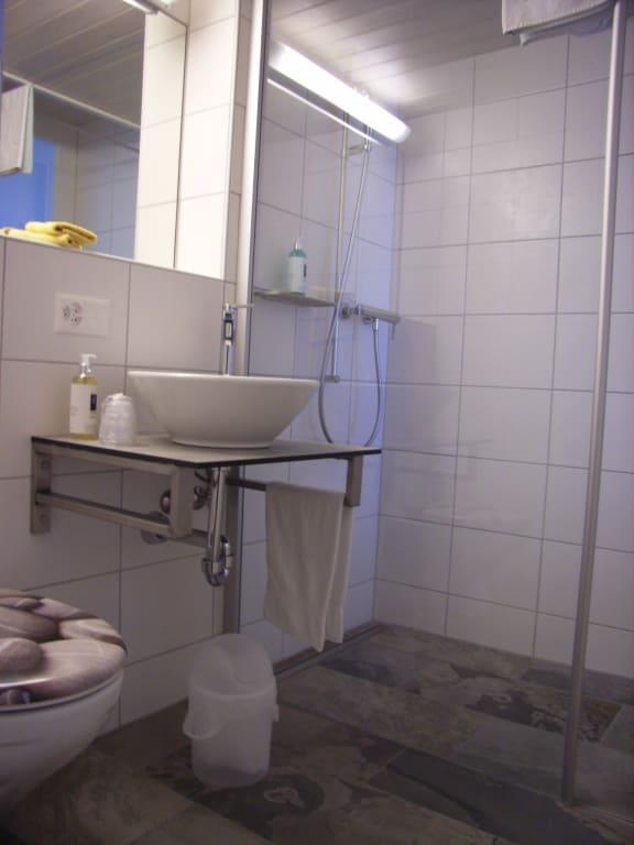 bild neue badezimmer zu hotel b ren in wengen. Black Bedroom Furniture Sets. Home Design Ideas