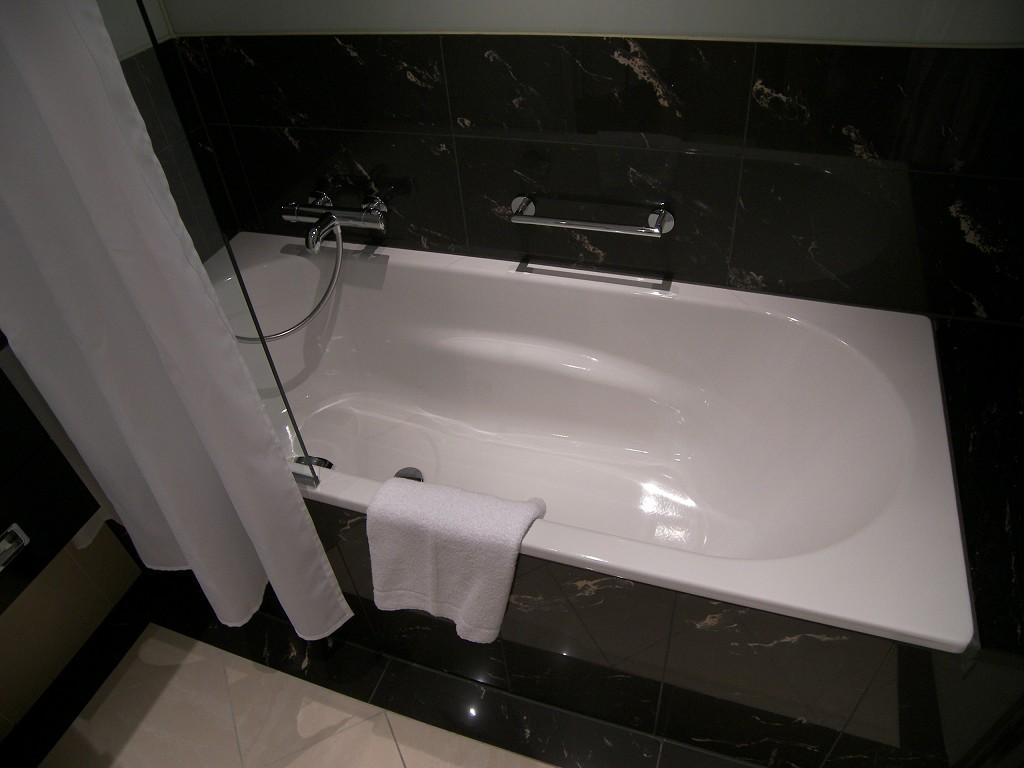 bild dusch badewanne zu hotel the westin grand berlin in berlin mitte. Black Bedroom Furniture Sets. Home Design Ideas