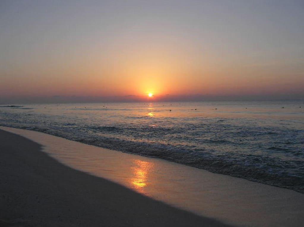 bild sonnenaufgang am strand zu strand playa del carmen. Black Bedroom Furniture Sets. Home Design Ideas