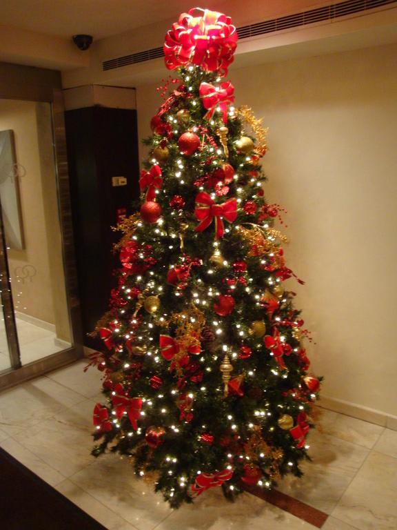 bild weihnachtsbaum in der lobby zu hotel doubletree by. Black Bedroom Furniture Sets. Home Design Ideas