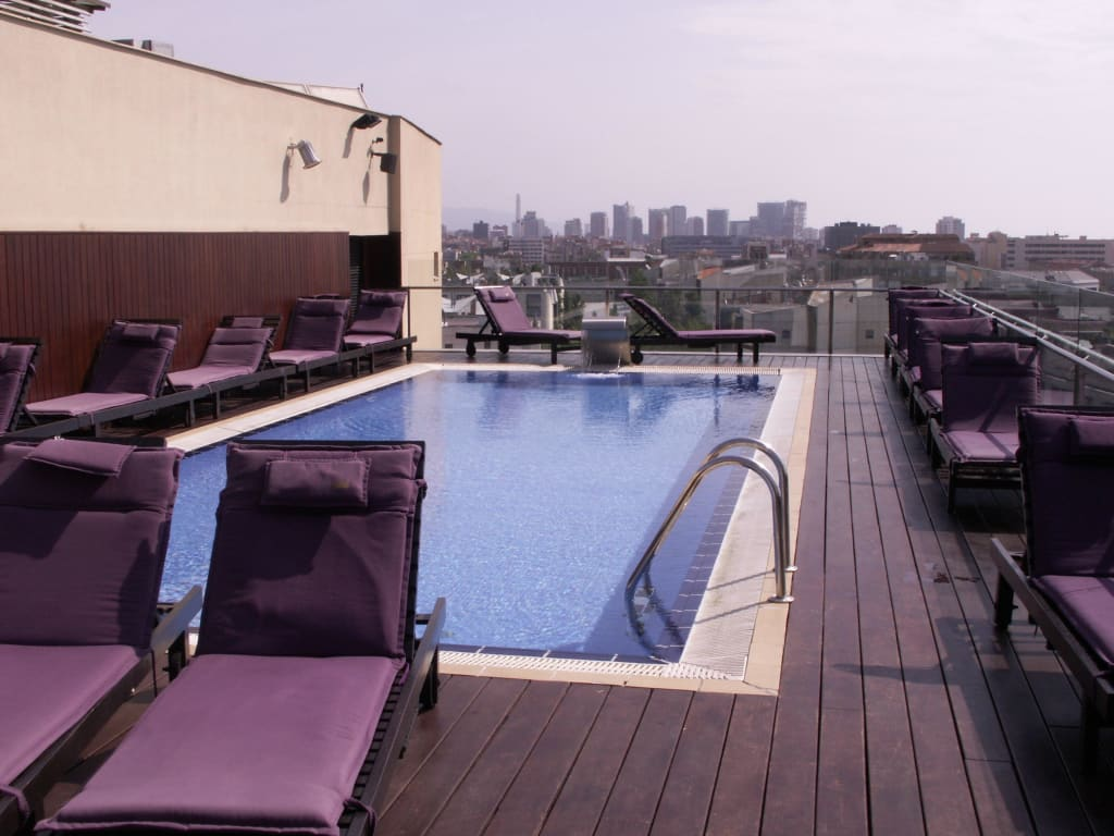 bild pool auf dem dach mit dem blick ber die stadt zu hotel h10 marina barcelona in barcelona. Black Bedroom Furniture Sets. Home Design Ideas