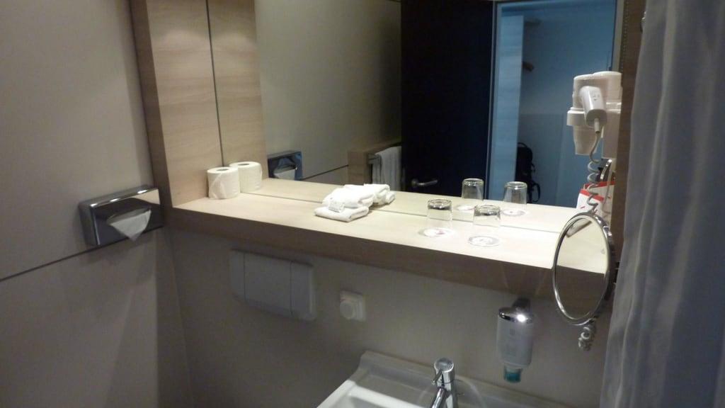Bild ablage am waschtisch spiegel rutscht runter zu for Spiegel ablage bad