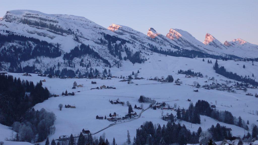 bild die sieben churfirsten im winter zu skigebiet toggenburg in ostschweiz. Black Bedroom Furniture Sets. Home Design Ideas