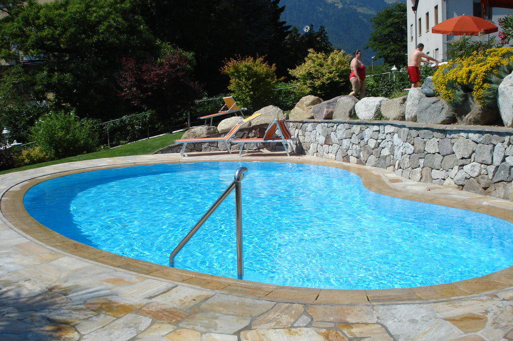 bild pool im garten zu hotel sonnenburg in meran merano. Black Bedroom Furniture Sets. Home Design Ideas