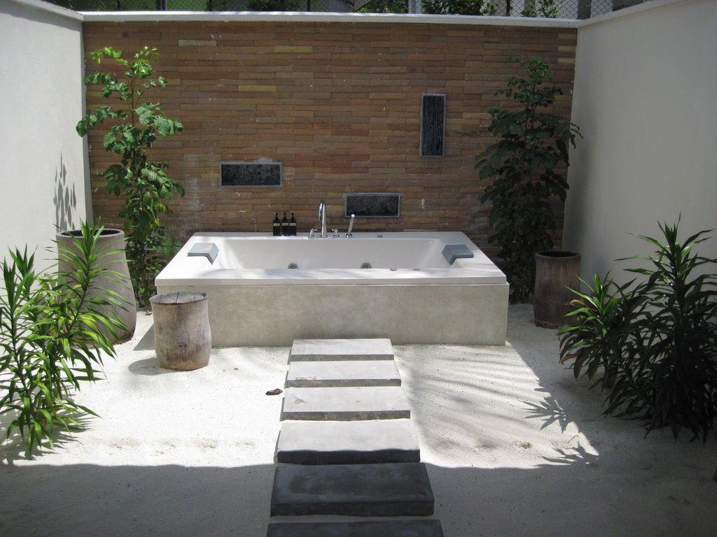 bild jacuzzi im offenen badezimmer beach bungalow zu lily beach resort spa in ari atoll. Black Bedroom Furniture Sets. Home Design Ideas