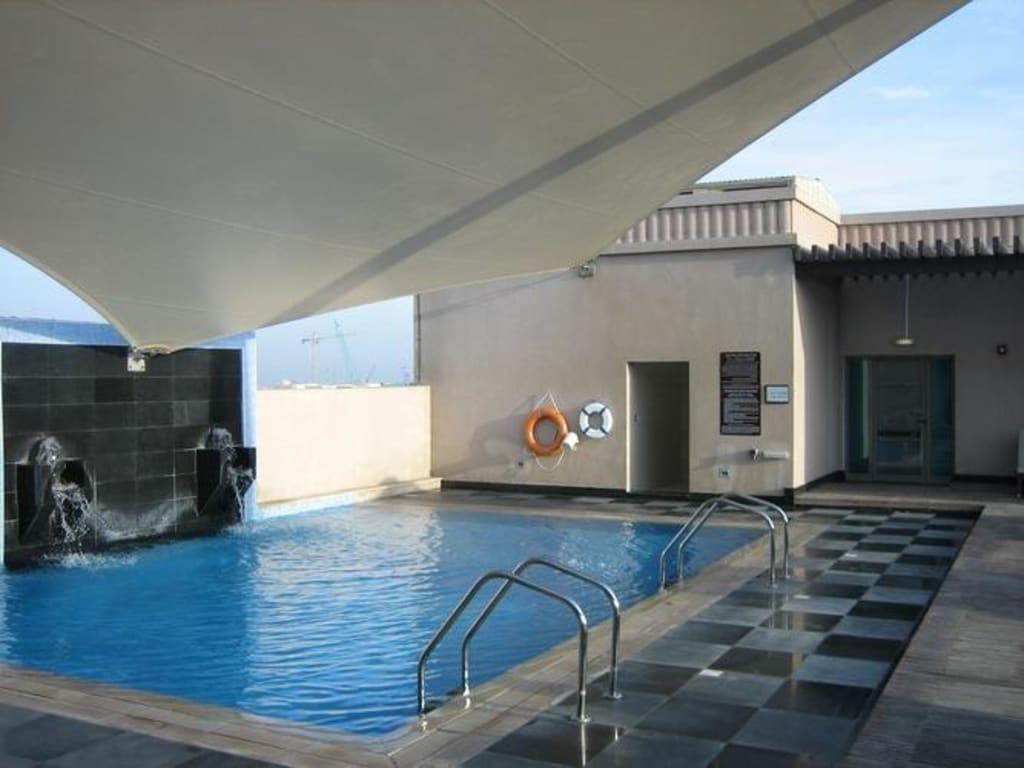 bild pool auf dem dach zu mercure gold hotel al mina road dubai in dubai. Black Bedroom Furniture Sets. Home Design Ideas