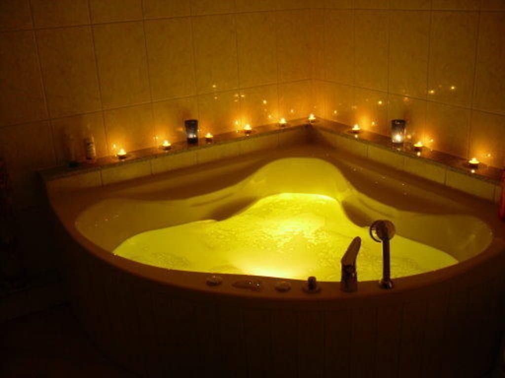 bild badewanne mit whirlpool und beleuchtung zu ferienwohnungen schloss buttlar in buttlar. Black Bedroom Furniture Sets. Home Design Ideas