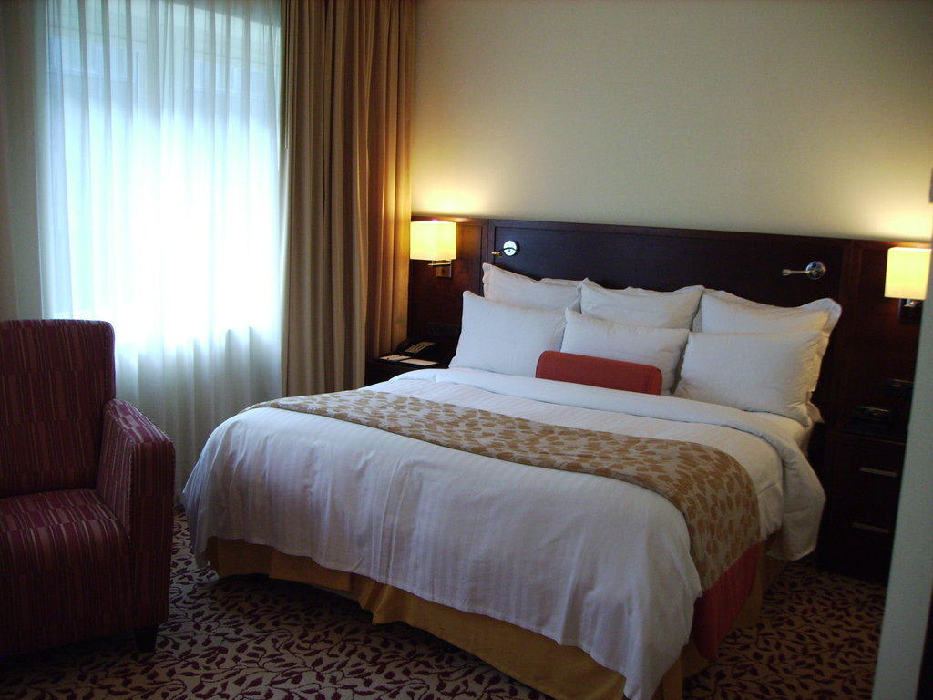 bild gro es bett mit 6 kissen zu hotel marriott k ln in k ln. Black Bedroom Furniture Sets. Home Design Ideas