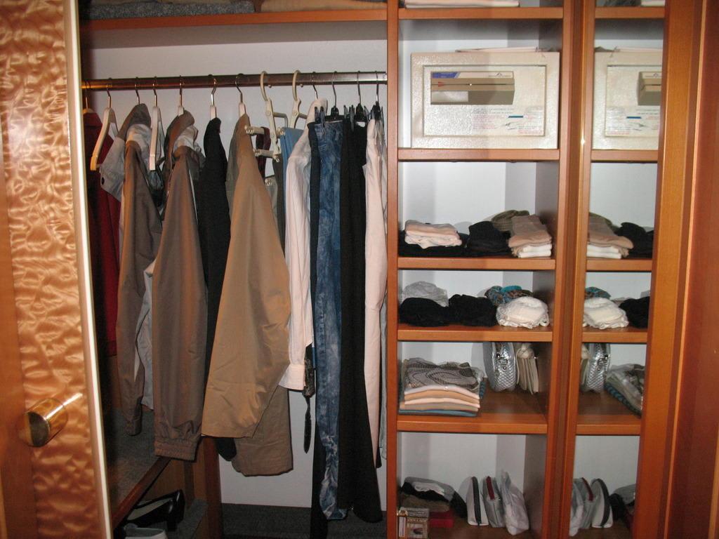bild begehbare garderobe mit safe zu hotel europ ischer hof hamburg in hamburg. Black Bedroom Furniture Sets. Home Design Ideas