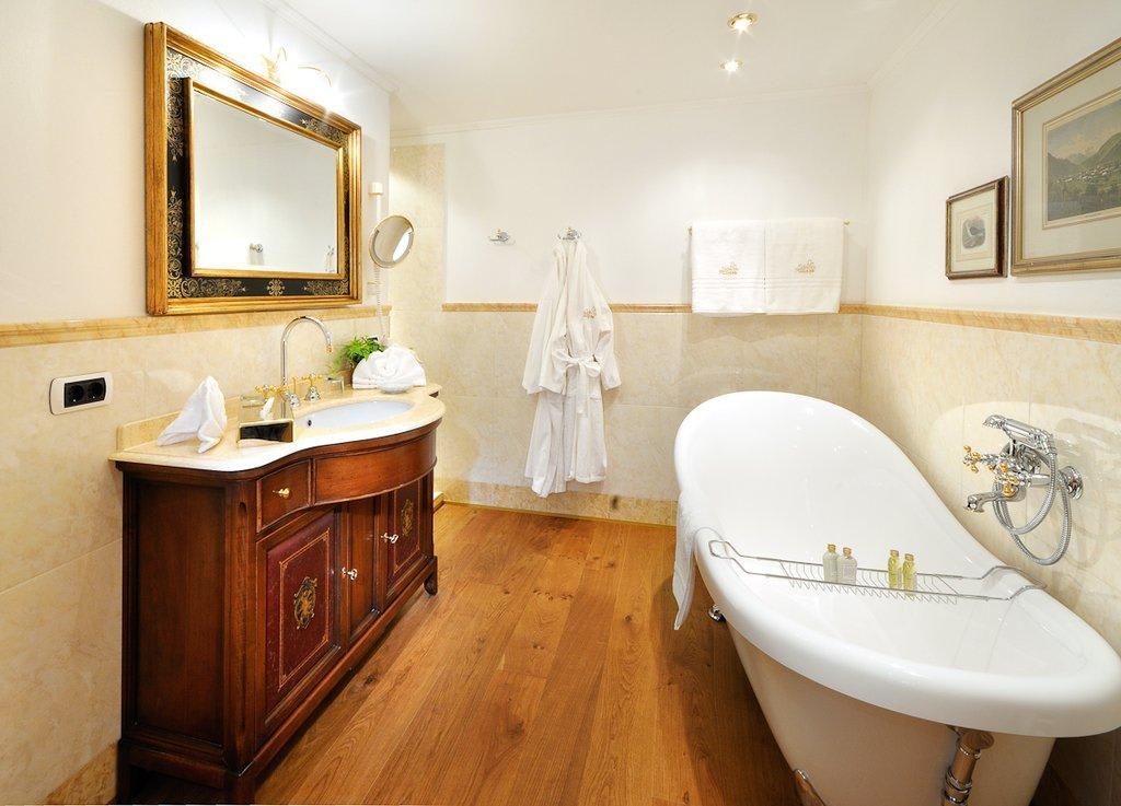 bild badezimmer einer schloss suite zu schloss hotel. Black Bedroom Furniture Sets. Home Design Ideas