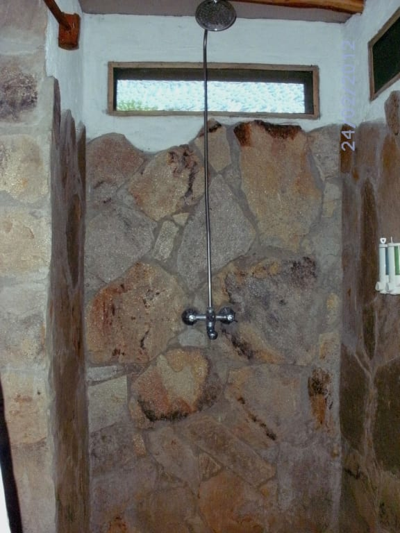 bild gemauerte dusche zu camp oloshaiki in masai mara. Black Bedroom Furniture Sets. Home Design Ideas