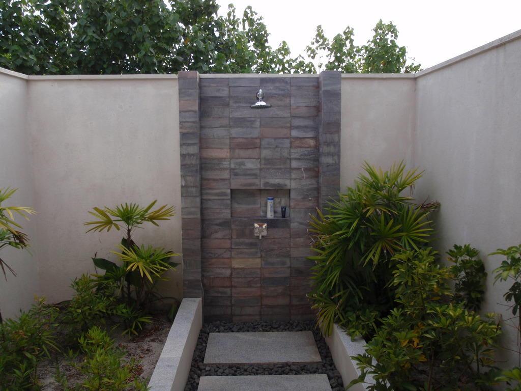 bild au endusche zu hotel zitahli resorts spa kuda funafaru in noonu atoll. Black Bedroom Furniture Sets. Home Design Ideas