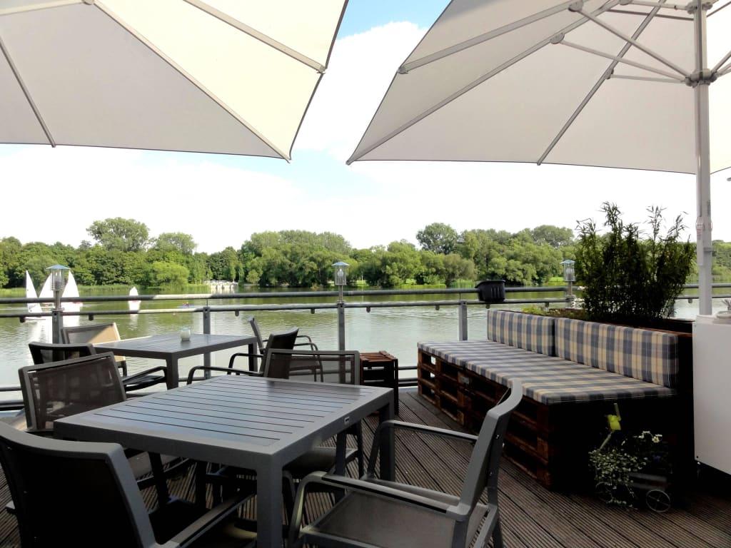 bild pl tze auf der terrasse ber dem wasser zu restaurant haus am see in g ttingen. Black Bedroom Furniture Sets. Home Design Ideas